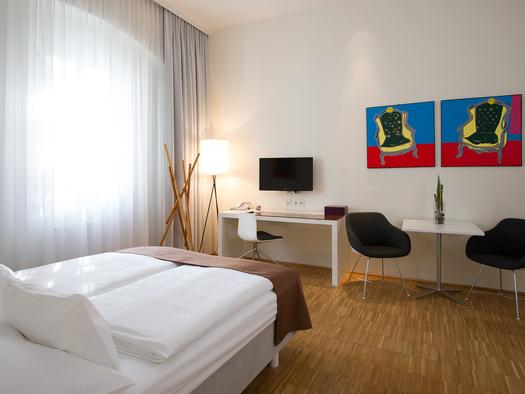 6 vollausgestattete Appartements - 29 - 62 m2Kitchenette mit Espressomaschine / integrierter Wohnbereich / Sat-TV / kostenfreier WLAN Anschluss / Safe / SPA-Bereich im Hotel mit Sauna & Dampfbad / optional Frühstücksbuffet im Hotel am Domplatz (2014: Euro 17,00, 2015: Euro 18,00)) / optional Parken in der öffentl. Tiefgarage ab Euro 159,- / Monatgeeignet für längere Aufenthalte in Linz!. (© Hotel am Domplatz GmbH)