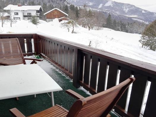 Hier sehen Sie den Balkon des Apartments mit zwei Stühlen und einen Tisch mit Ausblick Richtung Katrin. (© Adelheid Haböck)