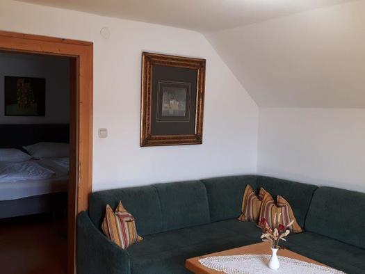 Sitzecke mit Schlafzimmer im Hintergrund. (© Familie Schmidleitner)
