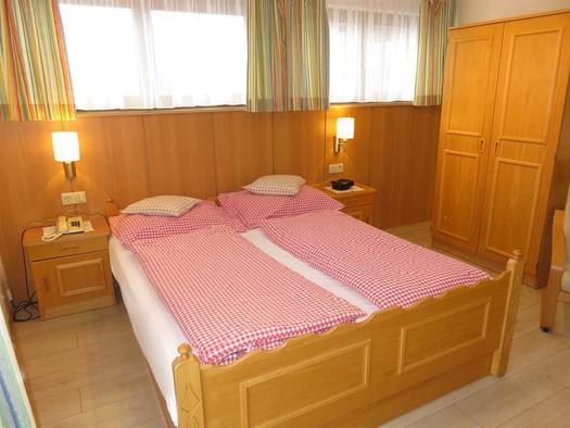 Elternschlafzimmer mit Doppelbett (© Berghof Sturmgut)