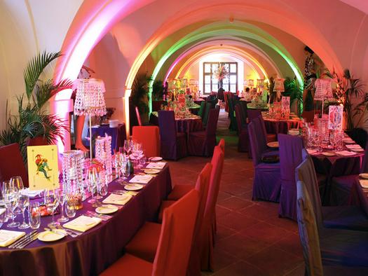 festlich gedeckte Tische, Stühle. (© Sala Schloss Mondsee)
