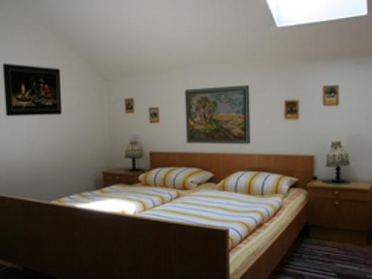 Grünes Zimmer Bett. (© Familie Ebner)