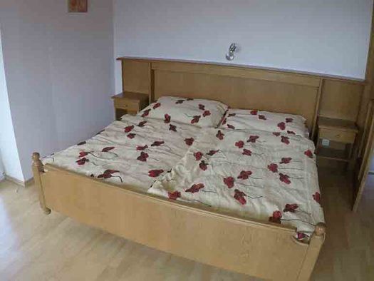Schlafzimmer mit Doppelbett, Nachtkästchen. (© Wiener)