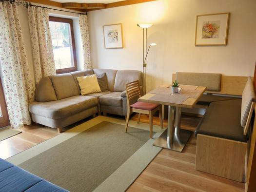 Wohnzimmer mit Sitzecke & Couchecke (© Berghof Sturmgut)