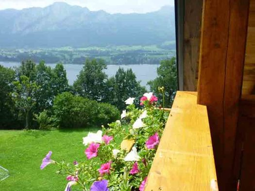 view from the balcony, meadows, trees, lake and mountains in the background. (© Edtmeier)