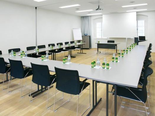 im 1.OG80m270 Personen Kinobestuhlung. (© Hotel am Domplatz GmbH)