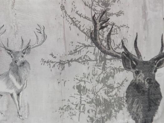 Vorhänge und Polster mit Hirschmotiv