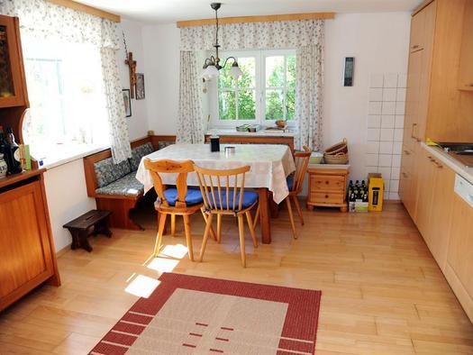 Essbereich mit Küche (© Haus SONNSTEIN zu EBENSEE am Traunsee)