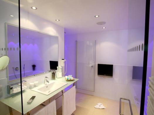 Badezimmer Junior Suite Design (© Hotel Hauser GmbH & Co KG)
