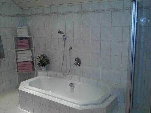 Bathing room with bathtub (© Ferienwohnung Anna & Wilhelm Ebner)