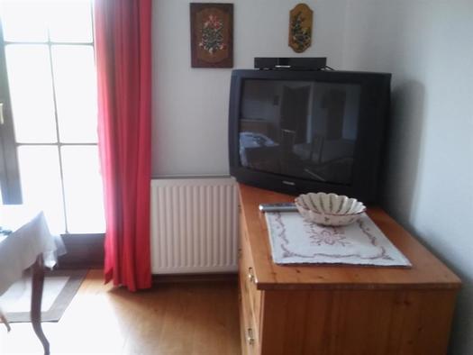 Wohnbereich mit Fernseher und Balkon (© A. Hofmann)