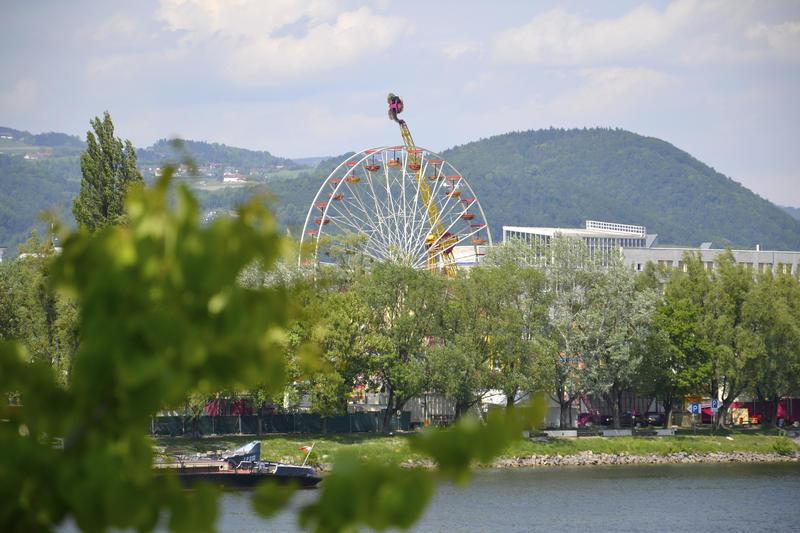 Der Urfahraner Jahrmarkt vom südlichen Linzer Donauufer gesehen