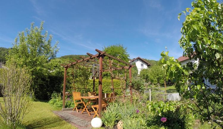 Garten mit Laube und Essbereich (© Ferienhaus in der Schlipfing)