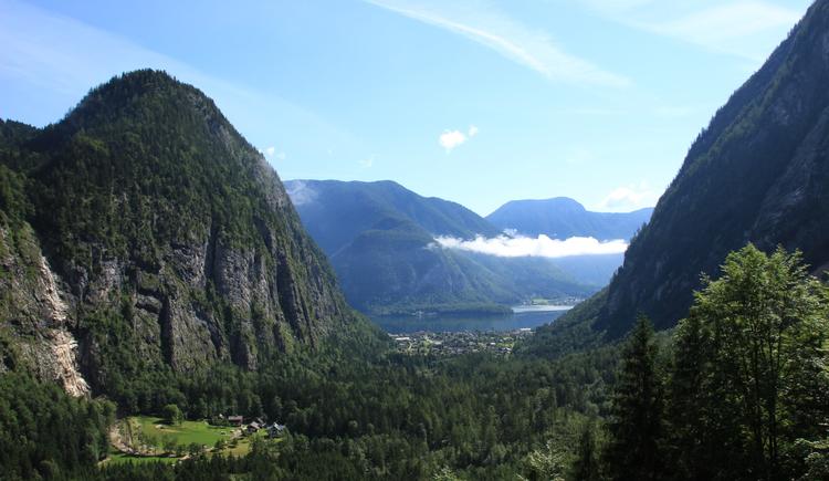 Atemberaubender Blick auf den Hallstättersee und Hallstatt durch die Berge. (© © Chris Unterberger)