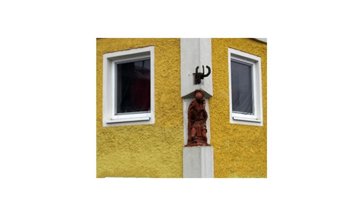 Blick auf die Statue in einem Haus, Fenster seitlich