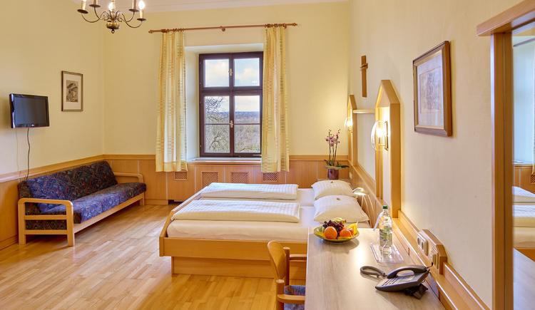 Zimmer im Stift Reichersberg. (© www.pedagrafie.de)