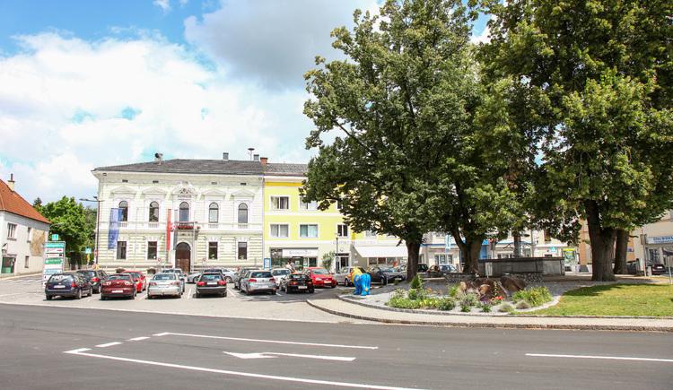 Blick auf Karbrunnen und Rathaus