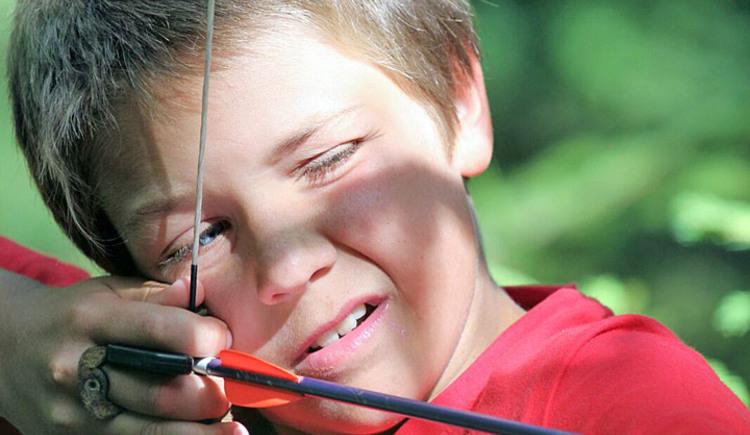 Junge mit Bogen im Hausruckpark Ampflwang. (© Hausruckpark Ampflwang)