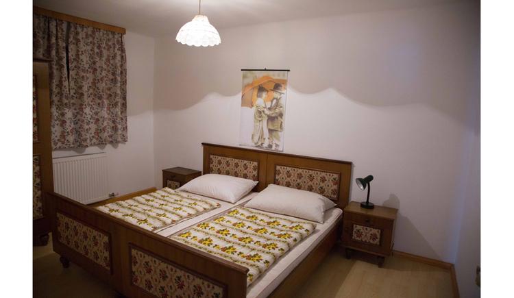 Schlafzimmer, Doppelbett, Nachtkästchen