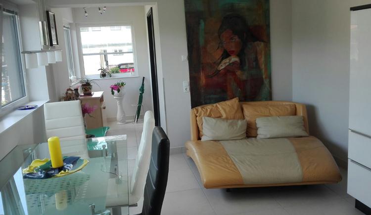 Wohnbereich mit Tisch und Stühlen, Couch