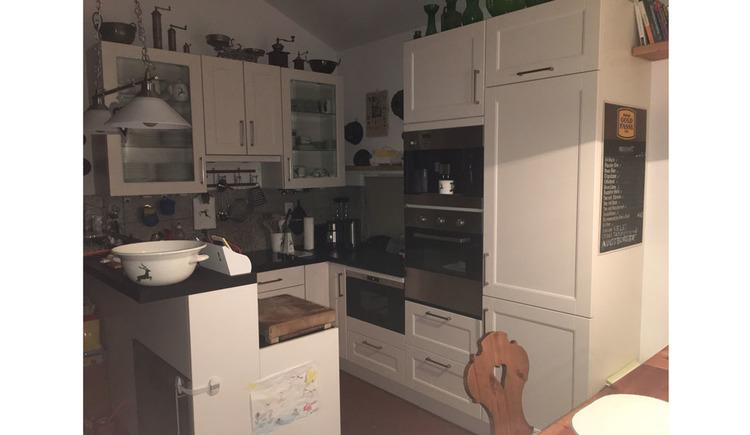 Blick in die komplett eingerichtete Küche