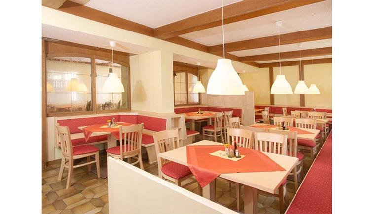 Speisesaal mit Tischen, Stühlen, Eckbänke