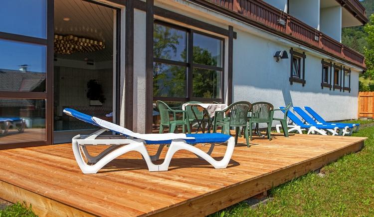 In den Sommermonaten steht ihnen die Liegeterrasse im Garten vor dem Hallenbad zur Verfügung. (© Alpenhotel Dachstein)