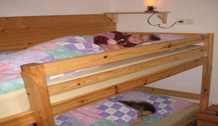 Das Kinderzimmer ist mit einem Stockbett ausgestattet