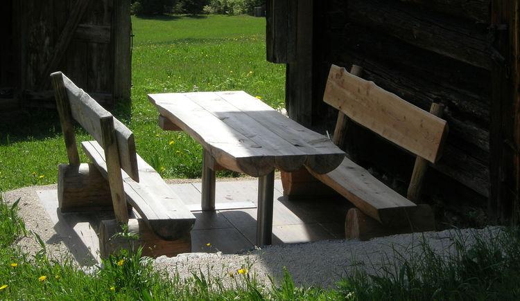 Genießen sie die traumhafte Umgebung auf der urigen Holzgarnitur auf der Terrasse