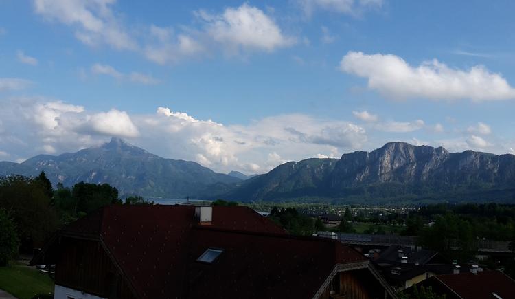 Aussicht vom Balkon auf die Landschaft, im Hintergrund die Berge und der See