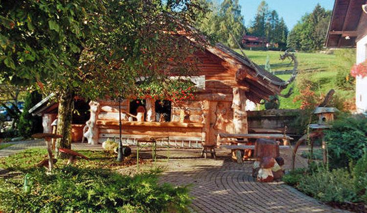 Gasthof Beer am Magdalenaberg bei Pettenbach mit Österreichs einziger Wildholz-Ausstellung Gastgarten mit Gastgartenhütte