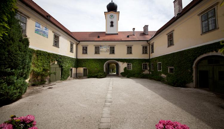 Innenhof Schloss Altenhof (© Salburg)