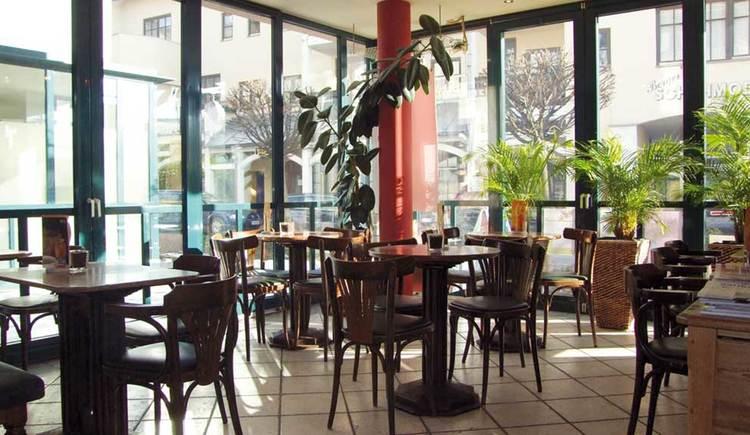 Innenbereich mit Tischen und Stühlen. (© Bäckerei-Cafe Berger)