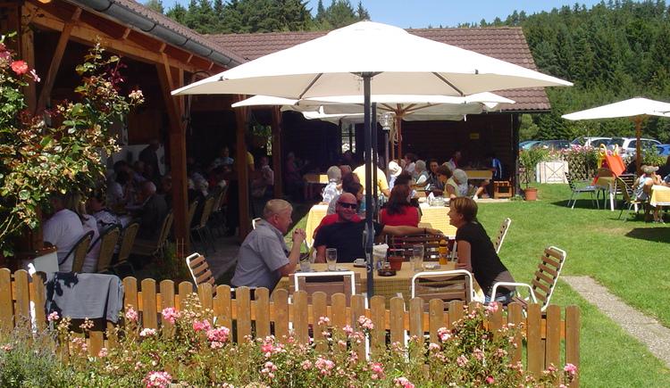 wunderschöner Gastgarten mit Laube und Naturwiese. (© Schimpl OG)