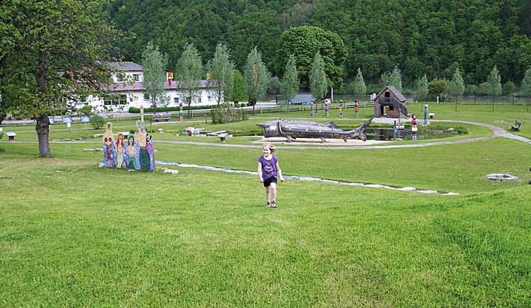 Kind am Wassererlebnis Spielplatz Mini-Donau in Engelhartszell.