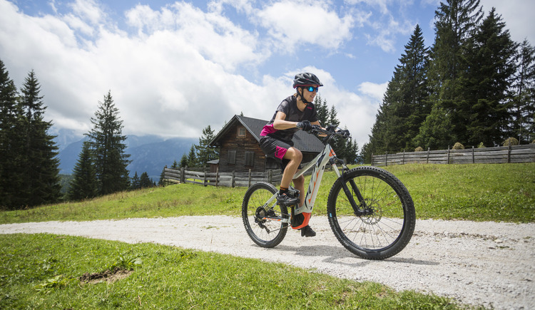 A popular mountain bike trail with a magnificent mountain panorama is on the Hütteneckalm in Bad Goisern