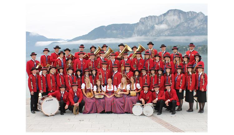 Personen im Hintergrund der See und die Berge