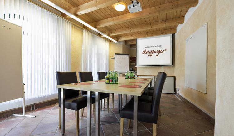 Seminarraum am Anger mit Flipchart und Tisch. (© Familie Ragginger/Klaus Costadedoi)