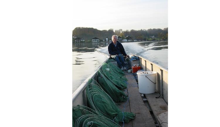 Herr Ecker im Boot beim Fischfang