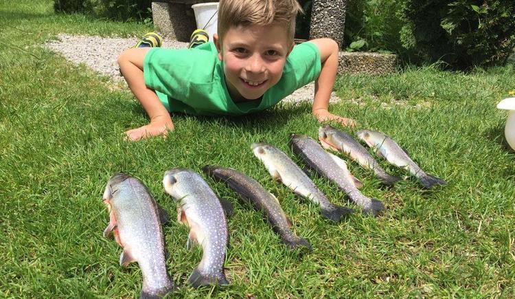 Kind mit Fischfang (© Hildegund Schirlbauer)