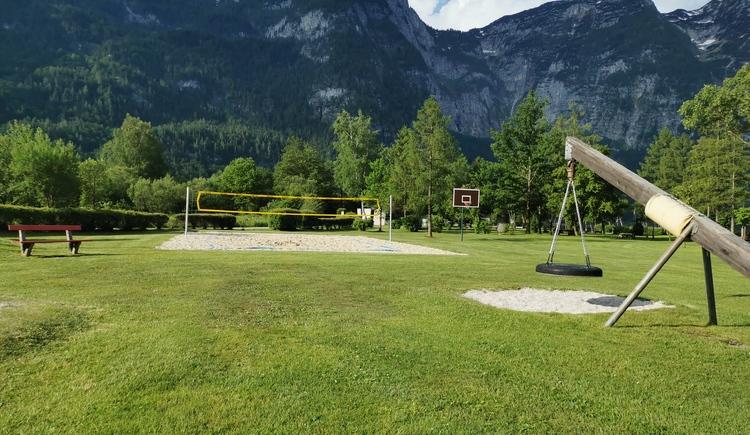 Das Bild zeigt den gepflegten Volleyballplatz im Strandbad. (© Ferienregion Dachstein Salzkammergut)