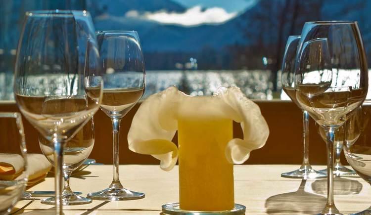 Restaurant mit Seeblick, im Hintergrund die Berge. (© Seehotel Lackner)