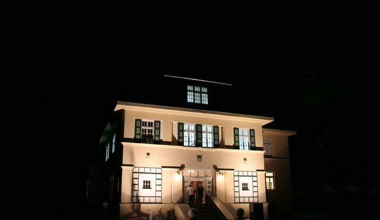 Kunsthaus Deutschvilla in der Nacht. (© WTG)