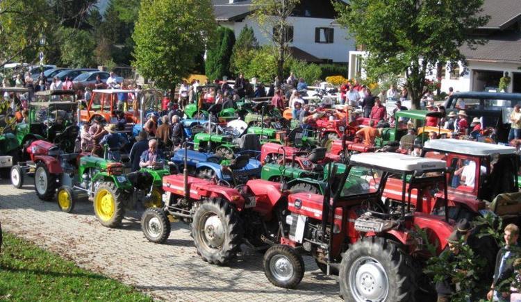 Aufstellung Traktoren Ortszentrum von Faistenau (© Tourismusverband Faistenau)