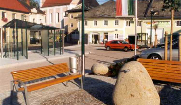 Neuer Platz mit Pfarrkirche im Ortszentrum. (© Josef Neumayr, Pichl)