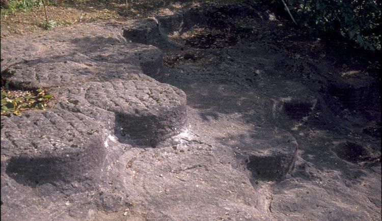 Abbau von Mühlsteinen im Steinbruch Perg