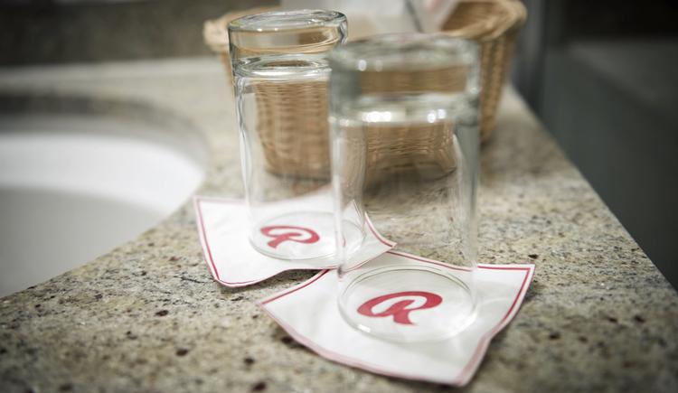 2 Gläser im Badezimmer