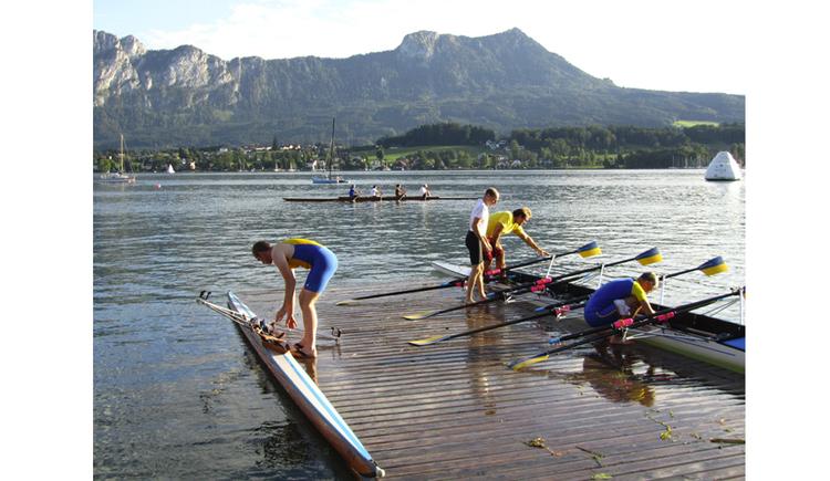 Kanu, Personen, Paddeln, See, im Hintergrund Berge