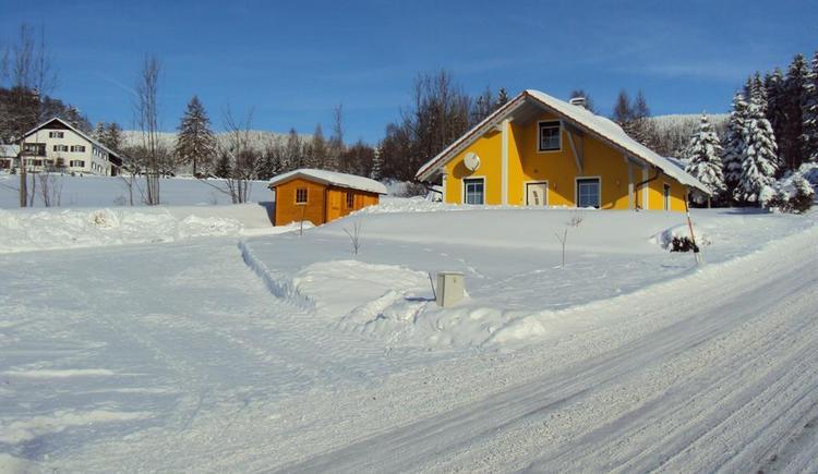 Haus mit Schneefahrbahn