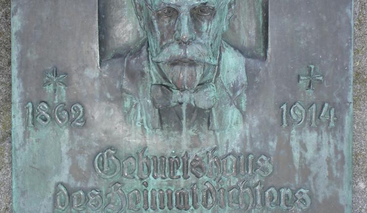 Denkmal des Mundartdichters Josef Krempl.\nStandort: Volksschule Taufkirchen/Tr.